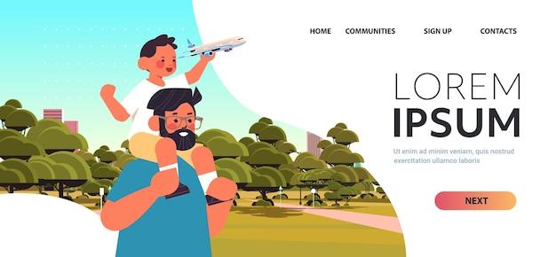 Mały syn trzymający zabawkowy samolot i siedzący na ramionach ojca rodzicielstwo koncepcja ojcostwa tata spacerujący z dzieckiem w parku miejskim portret poziomy kopia przestrzeń ilustracja wektorowa