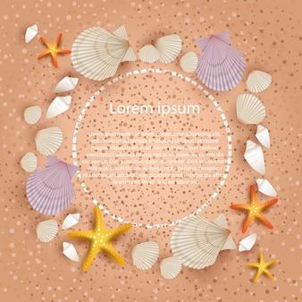 Małże na tle plaży z szablonem tekstu