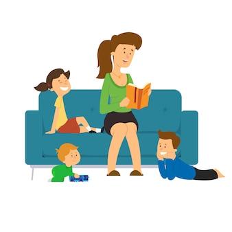 Mama czyta bajkę dzieciom siedzącym na kanapie.