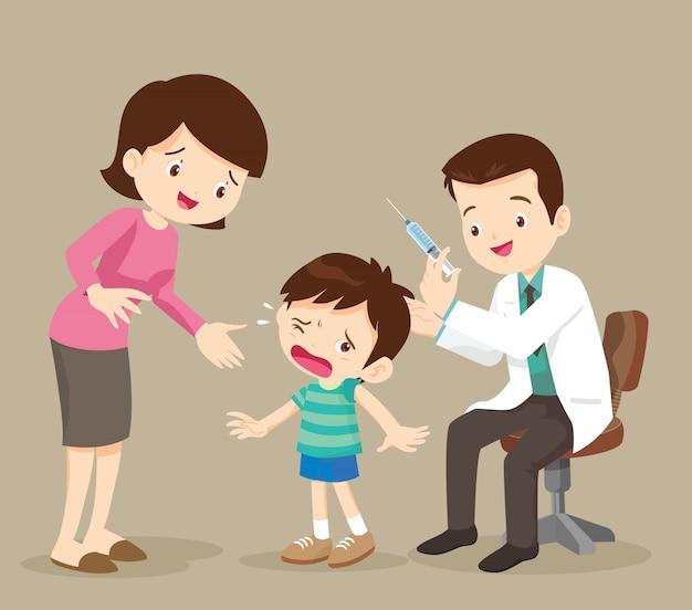 Mama i lekarz wstrzykują chłopca
