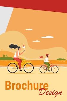 Mama i syn na rowerach wzdłuż wybrzeża. kobieta sprawdza trasę na ilustracji wektorowych płaski aplikacji mobilnej. rodzinna aktywność na świeżym powietrzu, koncepcja nawigacji dla banera, projekt strony internetowej lub strona docelowa