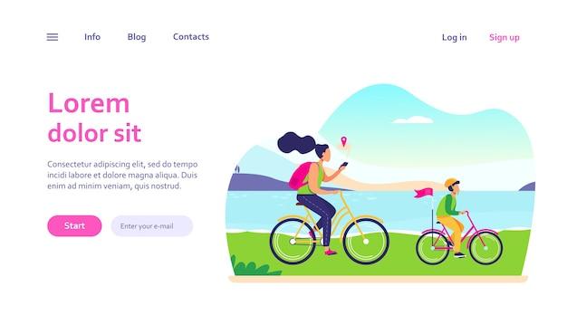 Mama i syn na rowerach wzdłuż wybrzeża. kobieta sprawdza trasę w aplikacji mobilnej. rodzinna aktywność na świeżym powietrzu, koncepcja nawigacji dla projektu strony internetowej lub strony docelowej