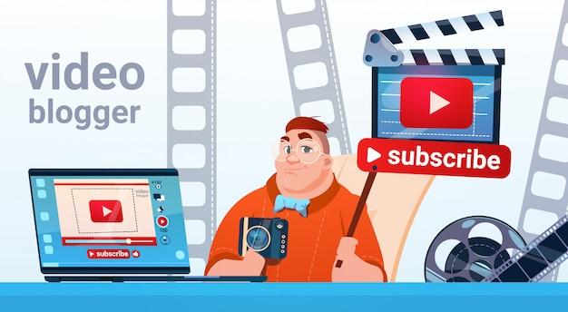 Man video blogger camera ekran komputera blogowanie subskrybuj koncepcję