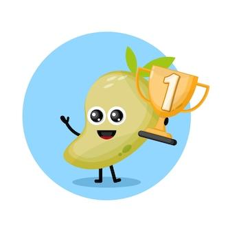 Mango maskotka z trofeum mistrzostw