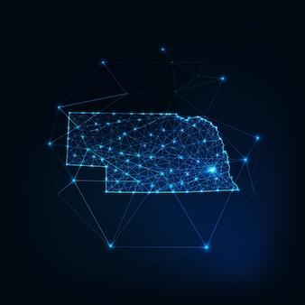 Mapa stanu nebraska usa świecący zarys sylwetki wykonany z gwiazd linie kropki trójkąty, niskie wielokątne kształty. komunikacja, koncepcja technologii internetowych. futurystyczny model szkieletowy