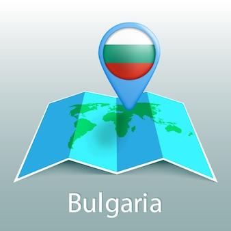 Mapa świata flaga bułgarii w pin z nazwą kraju na szarym tle