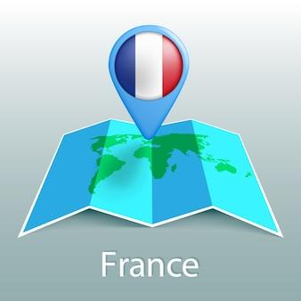 Mapa świata flaga francji w pin z nazwą kraju na szarym tle