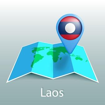 Mapa świata flaga laosu w pin z nazwą kraju na szarym tle