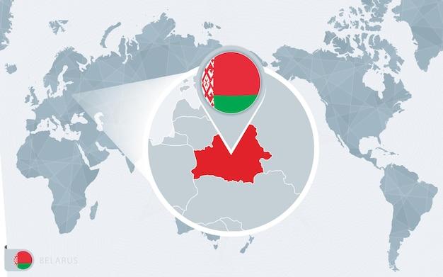 Mapa świata wyśrodkowanego na pacyfiku z powiększoną białorusią. flaga i mapa białorusi.