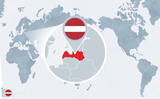 Mapa świata wyśrodkowanego na pacyfiku z powiększoną łotwą. flaga i mapa łotwy.