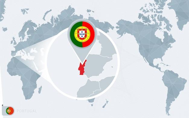 Mapa świata wyśrodkowanego na pacyfiku z powiększoną portugalia. flaga i mapa portugalii.