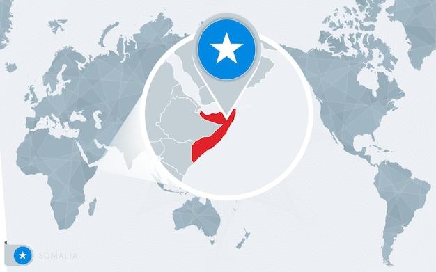 Mapa świata wyśrodkowanego na pacyfiku z powiększoną somalią. flaga i mapa somalii.