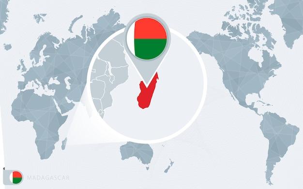 Mapa świata wyśrodkowanego na pacyfiku z powiększonym madagaskarem. flaga i mapa madagaskaru.