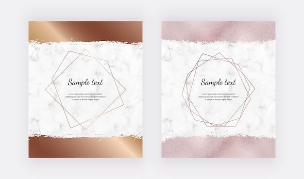 Marmurowe karty projektu ze złotymi geometrycznymi wielokątnymi ramkami i pociągnięciem pędzla w kolorze różowego złota.