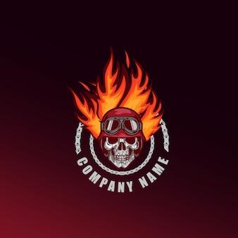 Maskotka ognista głowa czaszki i logo gier e-sport