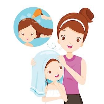 Matka córka pocierać włosy ręcznikiem