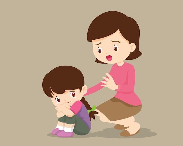 Matka pocieszająca zdenerwowaną podstawową córkę