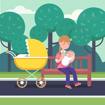 Matka trzyma pocałowane dziecko i karmienia go