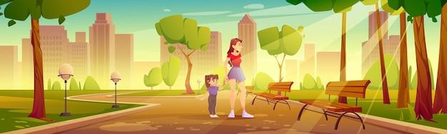 Matka z dzieckiem spaceruje po parku miejskim