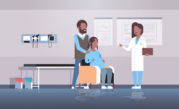 Mąż z żoną odwiedza lekarza ginekologa prowadzącego ciążową konsultację ginekologiczną