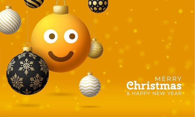 Merry christmas card z uśmiechem emoji twarzy. ilustracja wektorowa w stylu płaski z napisem xmas i emocjami w kuli świątecznej powiesić na wątku na tle