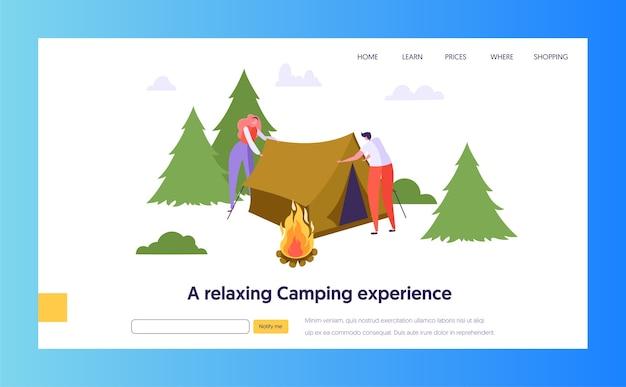 Męska i żeńska postać zbierz namiot w pobliżu ogniska w forest landing page. natura lato na zewnątrz koncepcja podróży. witryna lub strona internetowa people active rest. ilustracja wektorowa płaski kreskówka