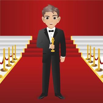 Męski aktor trzyma trofeum dla wygrywać nagrodę