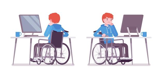 Męski młody wózek inwalidzki użytkownik pracuje z komputerem