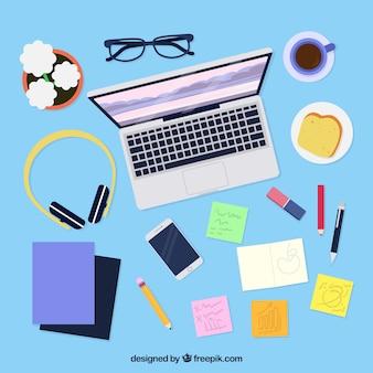 Messy biurko z laptopem