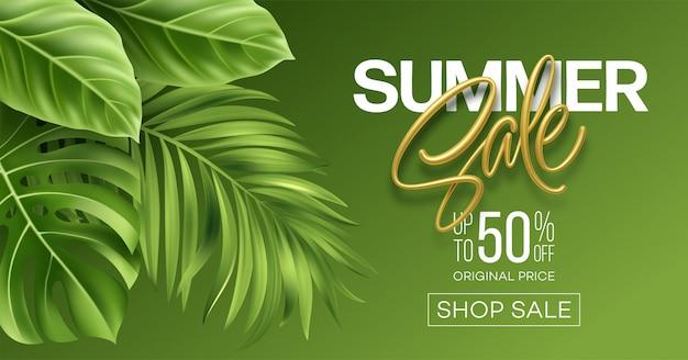 Metaliczny napis sprzedaż lato na jasnym tle z zielonych liści tropikalnych roślin.