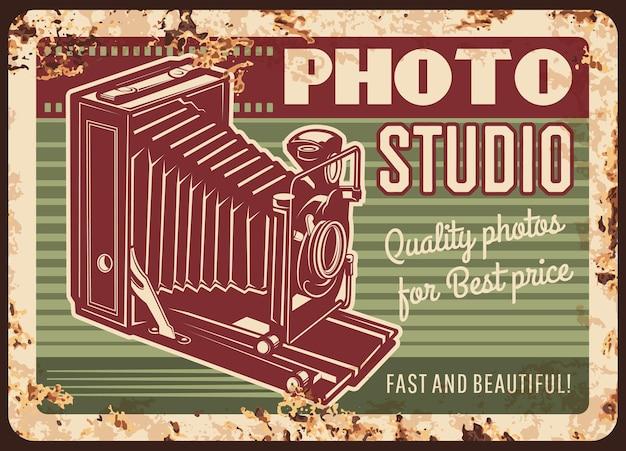Metalowa płyta studia fotograficznego zardzewiała z aparatem retro