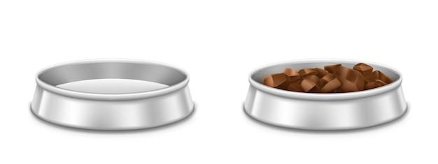Metalowe miski dla zwierząt, puste i pełne talerza dla psa lub kota. wektor realistyczna makieta naczynia chrom ze stosem mięsa, suchej lub mokrej paszy dla zwierząt domowych na białym tle