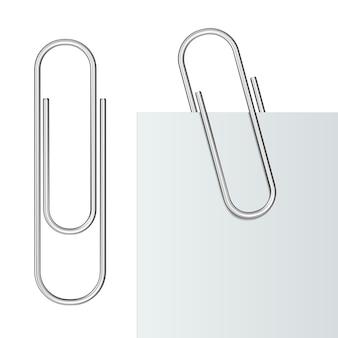Metalowe spinacze i papier na białym tle