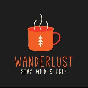 Metalowy kubek gorącego napoju przedstawiony nad napisem wanderlust stay wild and free na projekcie koszulki podróżnej