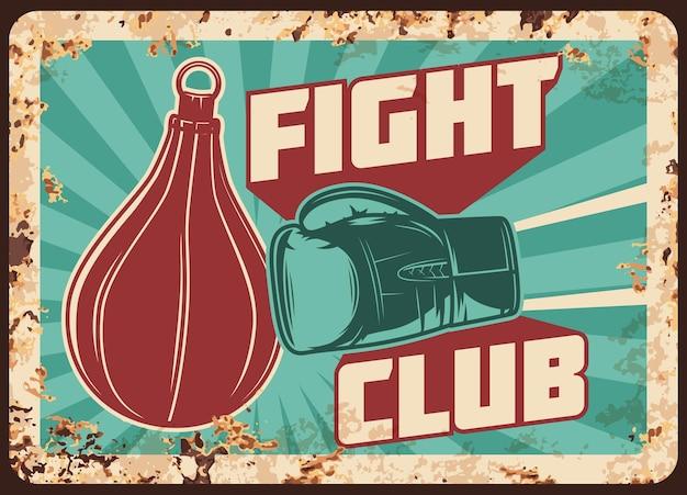 Metalowy zardzewiały talerz do walki bokserskiej z rękawicą pudełkową i ręcznym ciosem