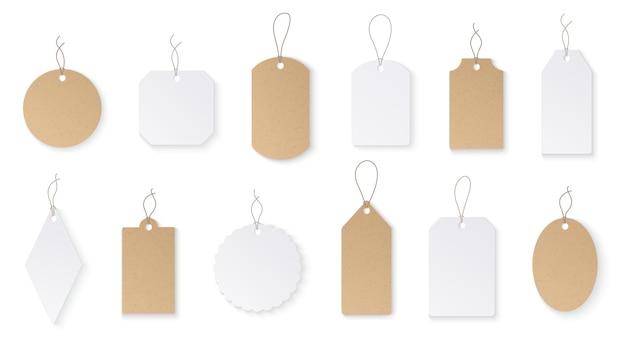 Metki cenowe. białe papierowe puste wiszące etykiety ze sznurkiem.