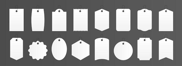 Metki z cenami. realistyczne kwadratowe i okrągłe etykiety na prezenty, makieta biały pusty bagaż naklejki. wektor ilustracja papierowa etykieta produktu do sklepu w różnych kształtach, na białym tle zestaw
