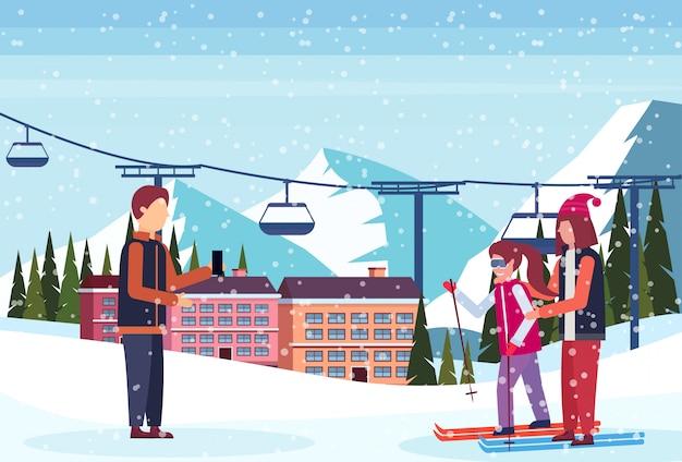 Mężczyzna bierze fotografię narciarki para