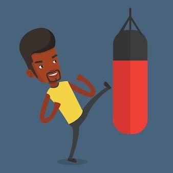 Mężczyzna ćwiczy z worek treningowy.