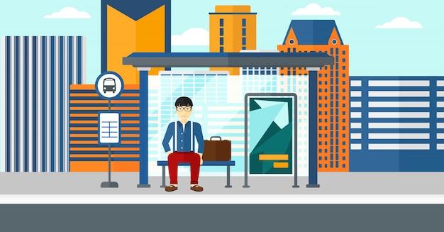 Mężczyzna czeka na autobus