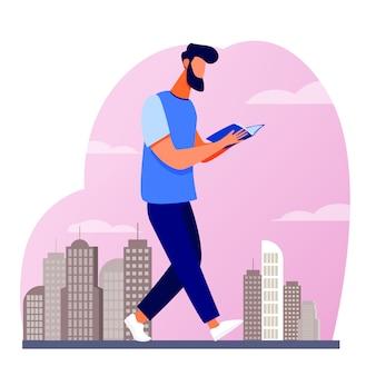 Mężczyzna czyta książkę podczas spaceru po mieście