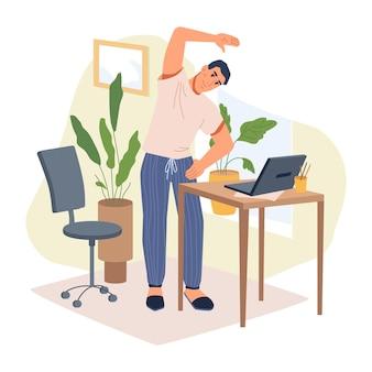 Mężczyzna freelancer w swobodnym ubraniu wykonujący ćwiczenia rozciągające stojący w pobliżu stołu z płaskim laptopem