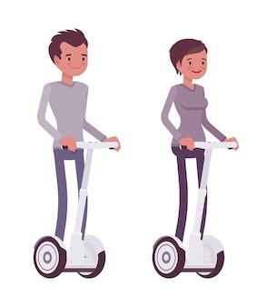 Mężczyzna i kobieta jedzie białe skutery elektryczne