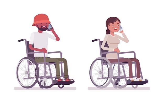 Mężczyzna i kobieta młody użytkownik wózka inwalidzkiego rozmawia przez telefon