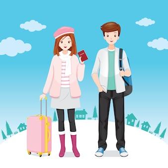 Mężczyzna i kobieta podróżnik stojący z bagażami razem