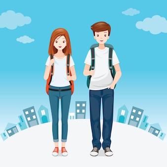 Mężczyzna i kobieta podróżujący z plecakiem stojący razem