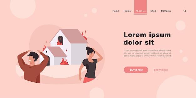 Mężczyzna i kobieta stojąca na zewnątrz płonącego domu. strona docelowa ognia, niebezpieczeństwa w stylu płaskim