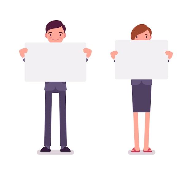 Mężczyzna i kobieta z pustymi białymi deskami, kopii przestrzeń