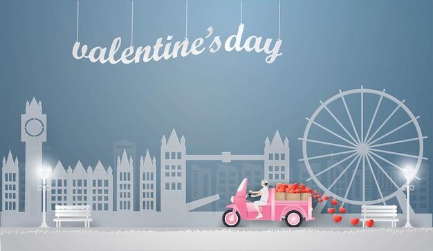 Mężczyzna jazdy różowa mini ciężarówka