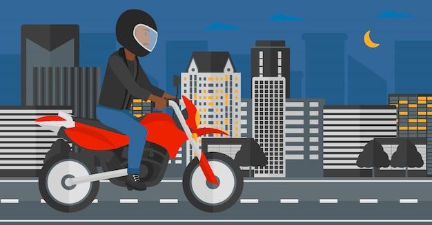 Mężczyzna jedzie motocyklem.